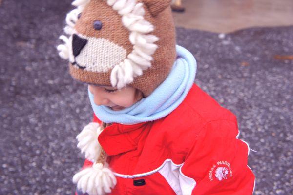 nieve y niños, lion hat