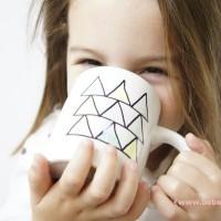 Cómo pintar una taza con rotulador permanente