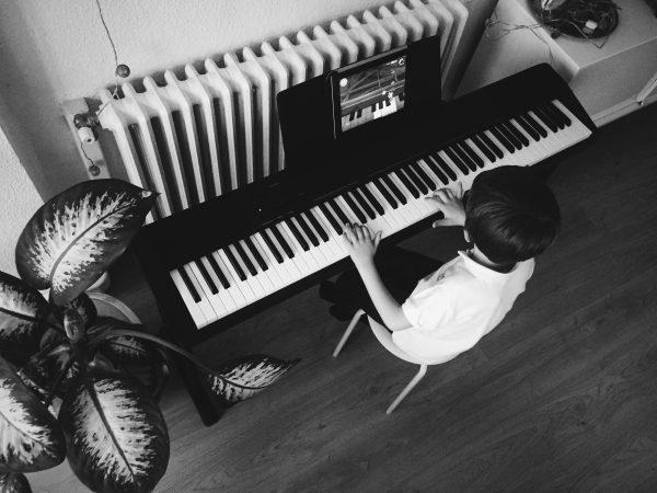 como enseñar a tocar el piano a los niños