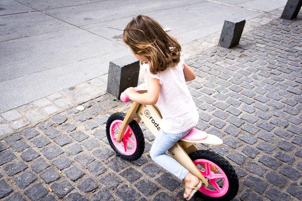 bicicletas de madera sin pedales rosa