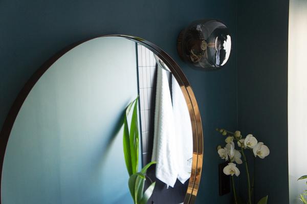 baño con espejo redondo maisons du monde