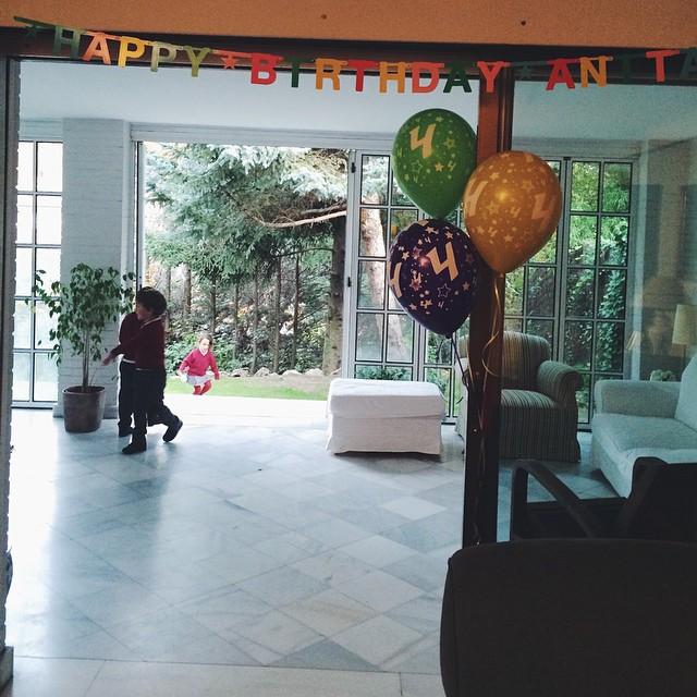 Tarde 10 rodeada de quienes más la quieren #Anacumple4 #meduelenhastalaspestañas #happybirthdayanita (gracias por la guirnalda @papelpicadokids ¡me encanta!)