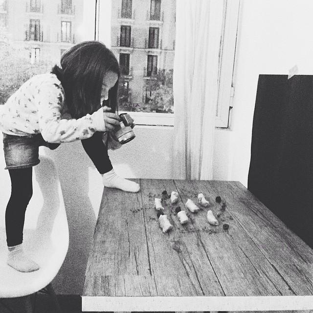 """Me dijo que si podía ayudarme ella a hacer las fotos """"para tu blog, mamá"""". La he fichado 💃#minime #unminutoantesmipietambiénenlamesa"""